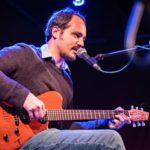 Adam Rut koncertující na elektrickou kytaru